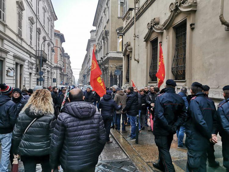 LAVORO – Manifestazione sotto la Regione degli operai delle aziende in crisi