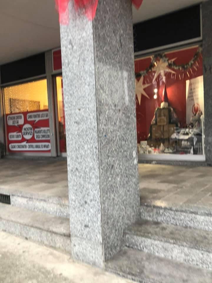 VINOVO – Vandali strappano le luci di Natale in piazza Marconi