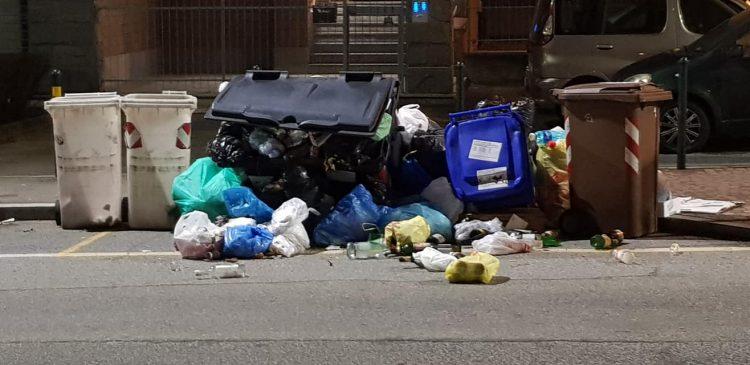 MONCALIERI – Cassonetti rifiuti strapieni ribaltati in strada