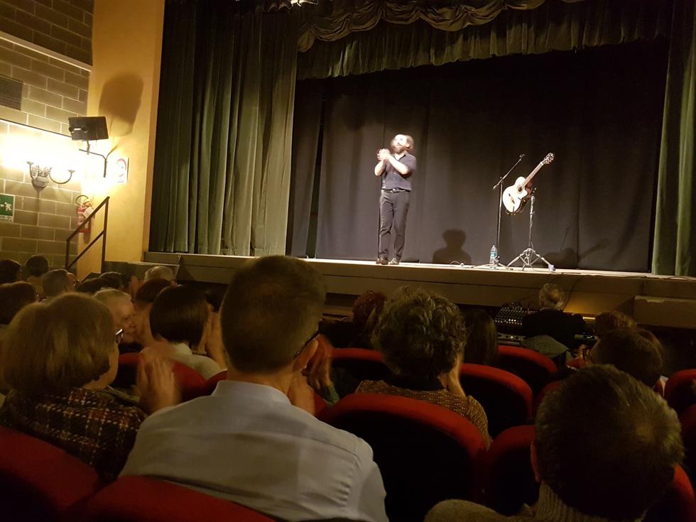 A teatro con il Gruppo di Lettura Carmagnola. Con Saulo Lucci anche Dante diventa simpatico (e comprensibile)