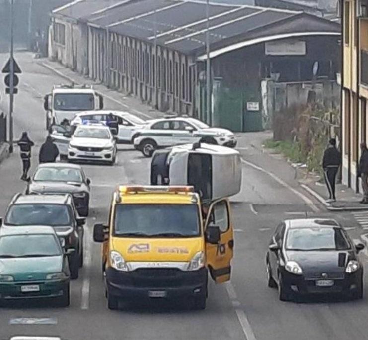 MONCALIERI – Perde il controllo del veicolo e si ribalta in strada Vignotto